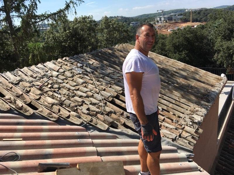 couvreur mougins sur toiture en cours de rénovation